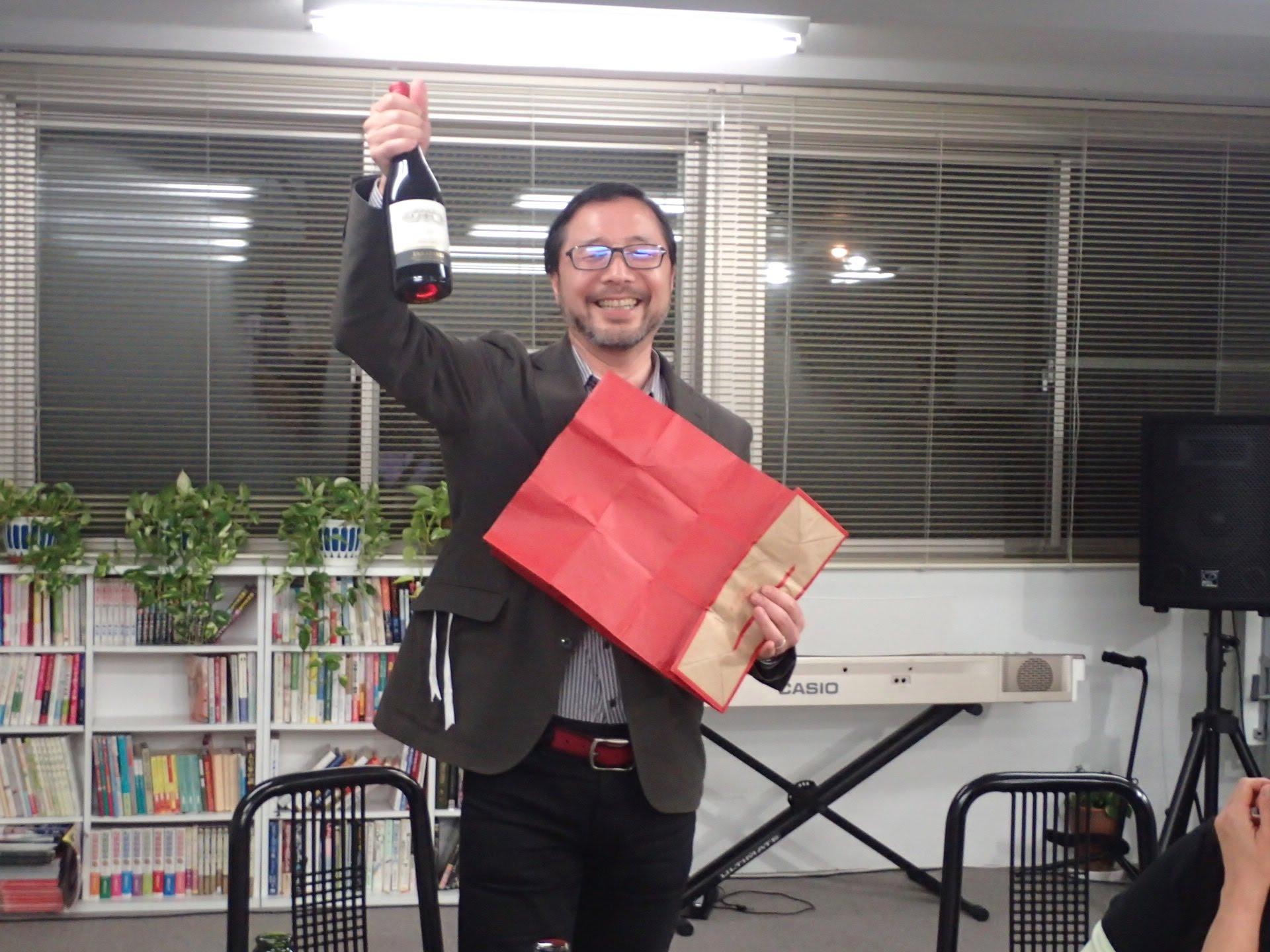 イッシーさん、空っぽの紙袋からワイン取り出しました!!お見事!!