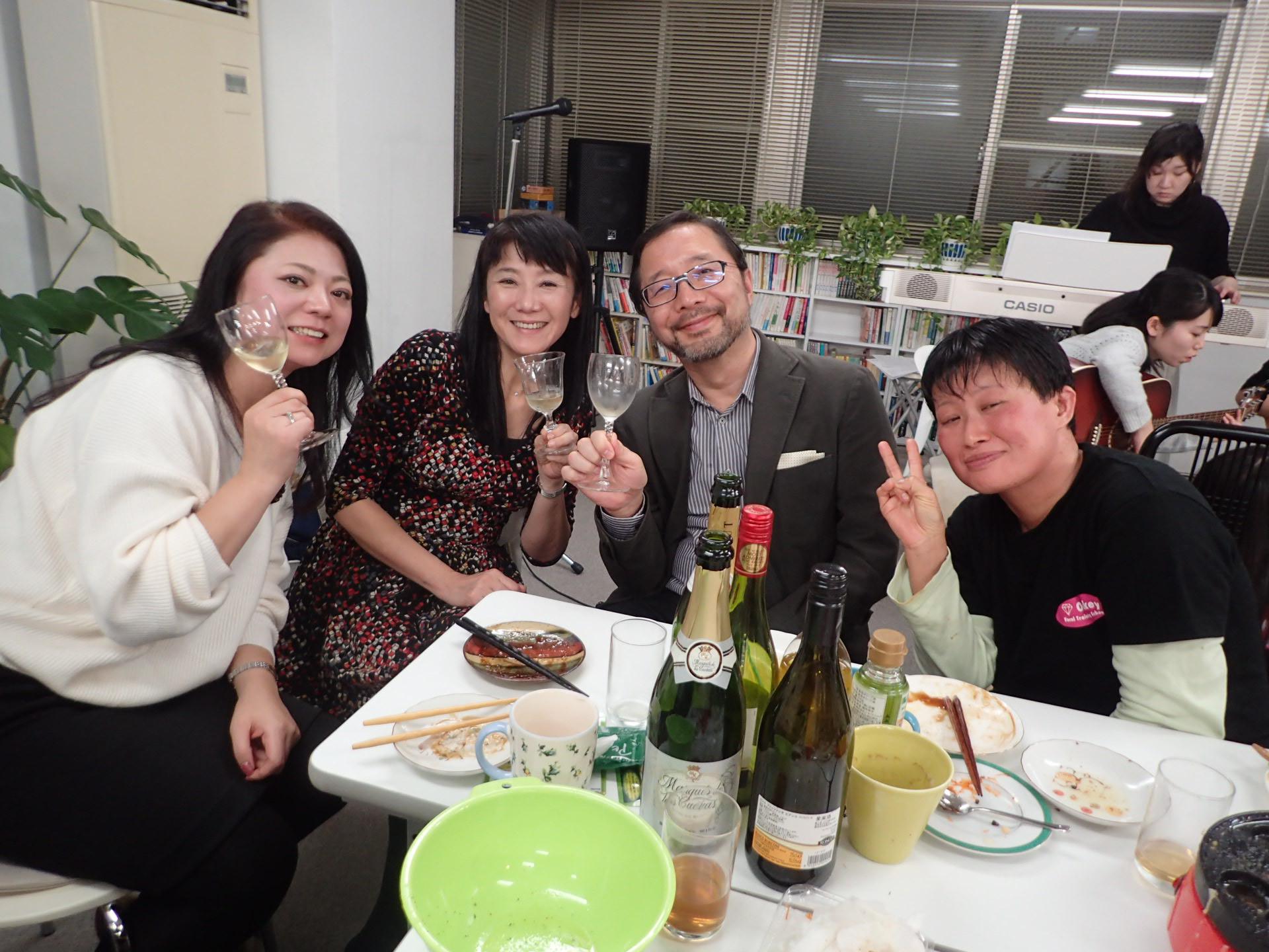 大人チーム、ゆったりワインを楽しむ。