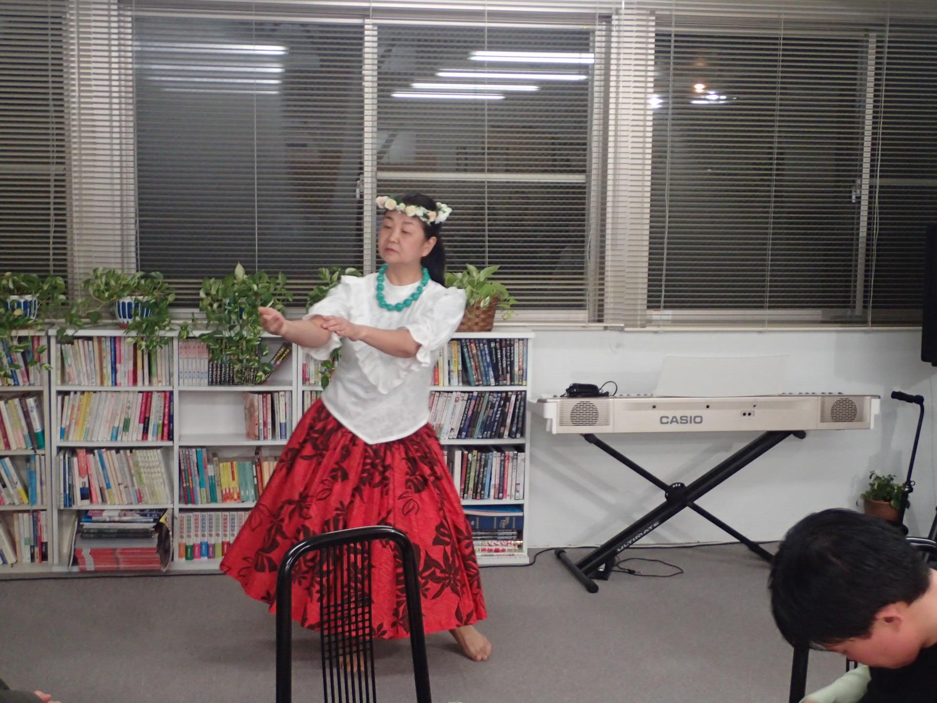 啓子さんのフラダンス。オリジナルの振り付け優雅です!